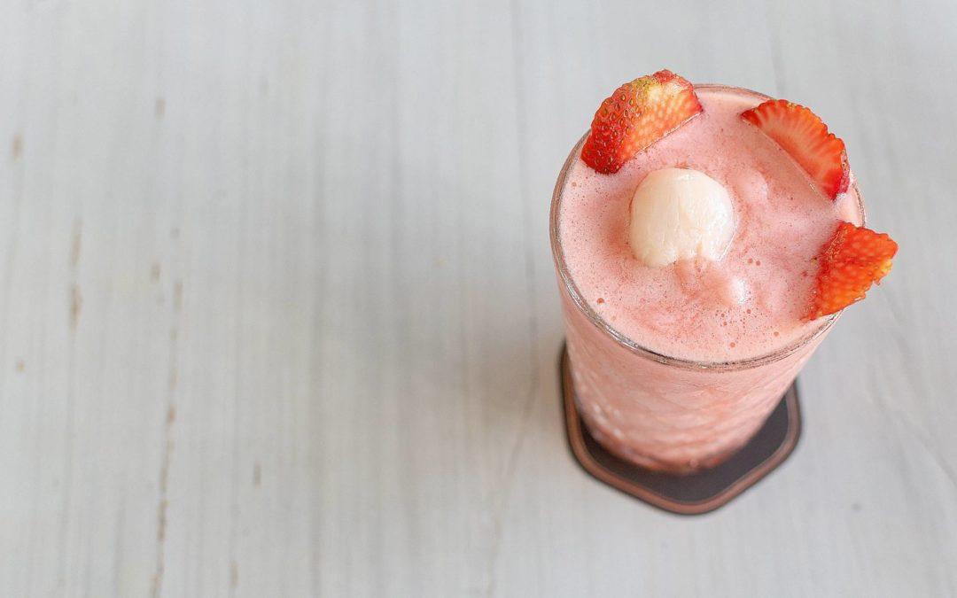 Smoothie fraise, litchi et lait de coco
